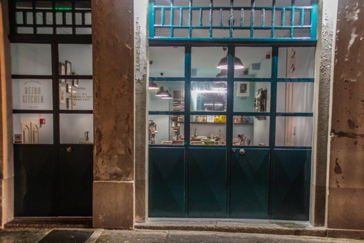 Se Gosta De Restaurantes Despretensiosos E Com Bom Ambiente, Visite Este  Casal Retro Na Rua Do Anjo, Número 96.